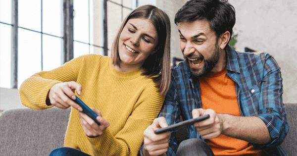 Bukti berkembangnya games online, saat ini menggunakan handphone saja sudah bisa mengaksesnya