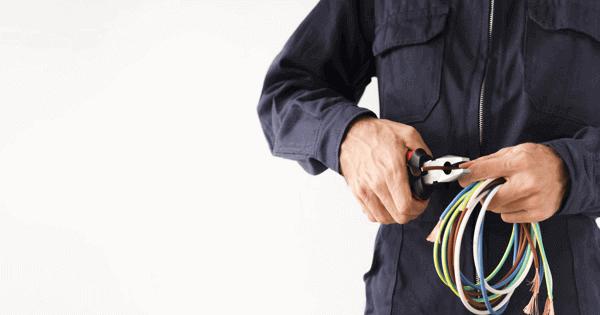 Hubungi teknisi listrik PLN untuk melakukan penambahan daya listrik rumah Anda